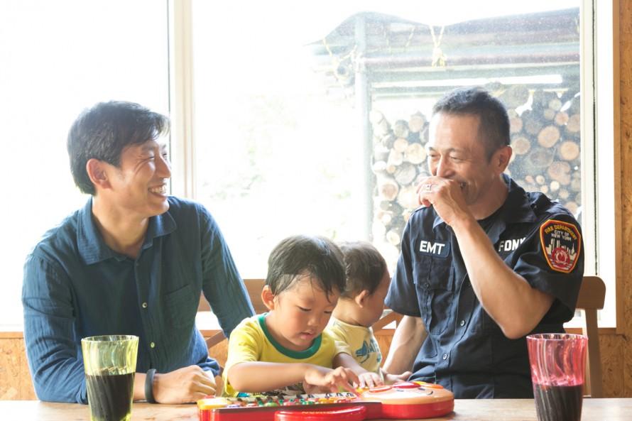 右から伊藤公一さん、息子の泰良くん、世良くん、カネタ建設猪又社長。