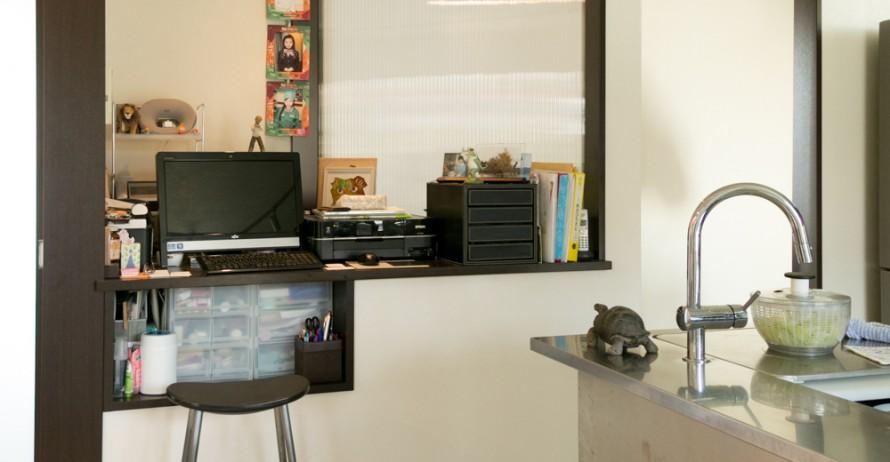 キッチンの横に造り付けたカウンターデスクが仁美さんの仕事場