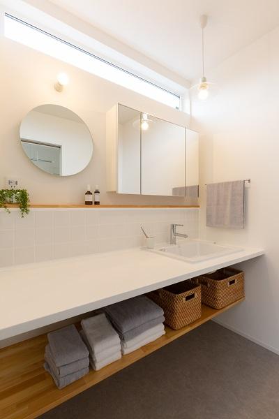 上越市新築住宅 注文住宅 すっきりシンプル 広々キッチン パントリー 生活感を抑える 洗面化粧台