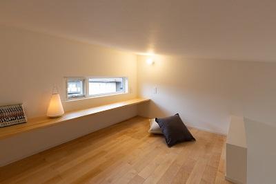 上越市新築住宅 注文住宅 すっきりシンプル 広々キッチン パントリー 生活感を抑える 3帖のロフト