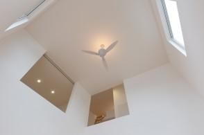上越市新築住宅|注文住宅|すっきりシンプル|広々キッチン|パントリー|生活感を抑える|吹き抜け