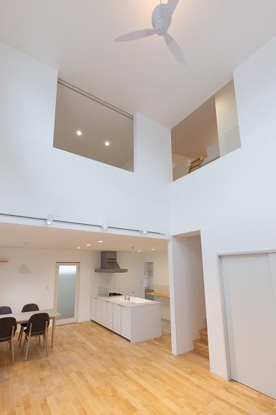 上越市新築住宅 注文住宅 すっきりシンプル 広々キッチン パントリー 生活感を抑える 吹き抜け