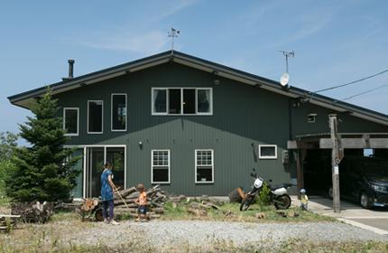 大きな屋根が特徴の伊藤さん宅。右側がガレージ兼玄関