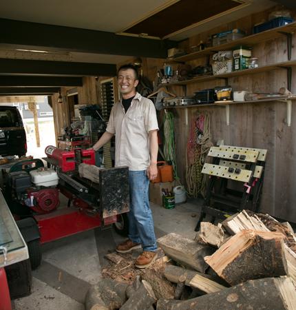 ガレージ部分は公一さんの遊び場。薪割り機やDIY用具が並ぶ