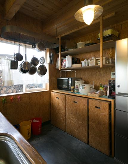 キッチンの収納上部は公一さんの手作り。使い勝手を考えて製作