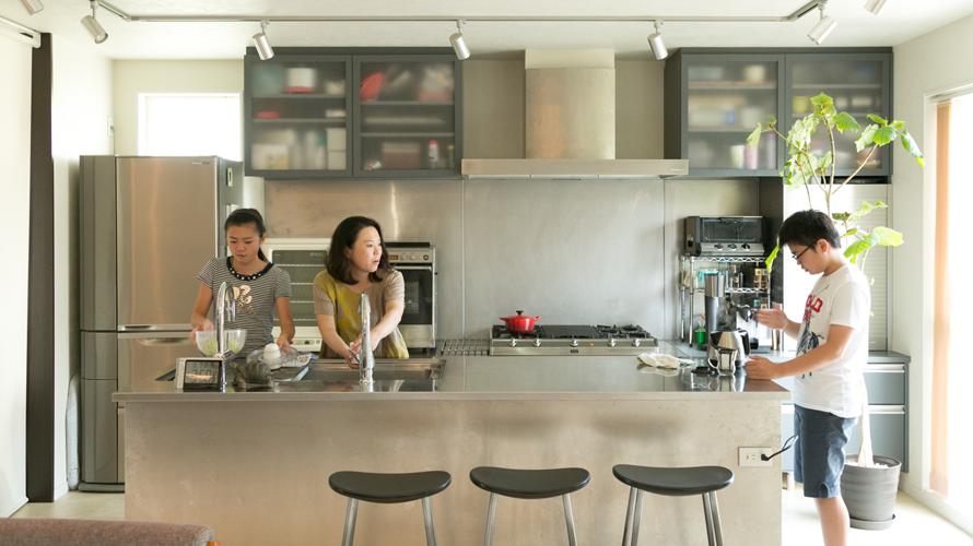 大きなキッチンと読書コーナーに家族が集うモダンな住まい