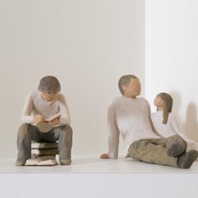 棚に飾られた読書する男の子と、 くつろぐ父親のオブジェ