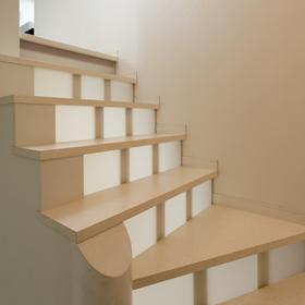 階段の蹴込みには裏側からの光がほんのり透過して 美しい