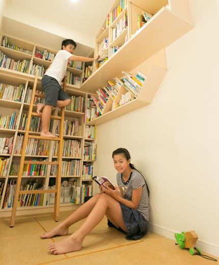 リビングの横に設けた読書コーナー。コルクの床に座って読むのも快適