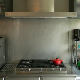 キッチンは奥さまが大好きなイルベ社のガスコンロを 中心にプランした