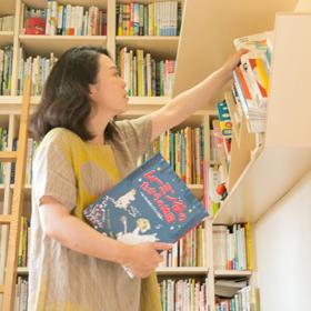 仁美さんが仕事で使う本は、右側の斜めになった棚が 定位置だそう