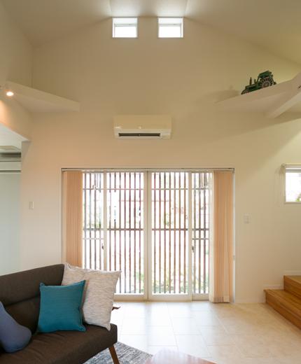 リビング部は天井高を最大限にとった吹き抜け。床は樹脂系タイル