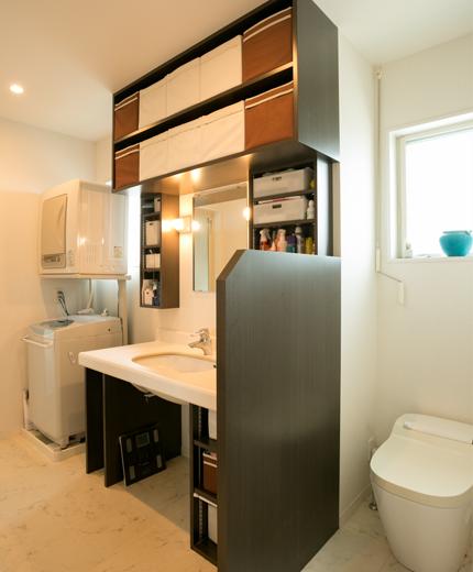 こちらが1階の洗面脱衣室の中にあるオープンな家庭用トイレ