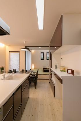 糸魚川市一の宮新築住宅|注文住宅|猫と暮らす家|快適な室内環境|猫用の小窓|カウンターテーブル|キッチン