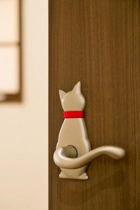糸魚川市一の宮新築住宅|注文住宅|猫と暮らす家|快適な室内環境|猫用の小窓|カウンターテーブル|猫の取手