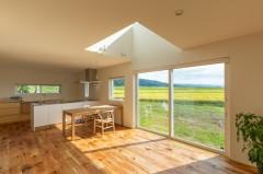 上越市新築住宅|注文住宅|ミニマリスト|シンプル|家を建てるのが夢|キッチン|リビングダイニング|吹き抜け|