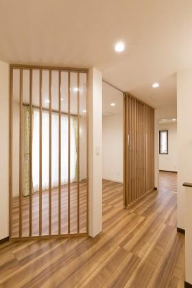 糸魚川市一の宮新築住宅|注文住宅|猫と暮らす家|快適な室内環境|猫用の小窓|カウンターテーブル